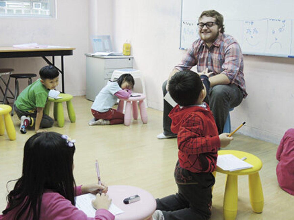 外藉老師正在為小朋友教授拼音